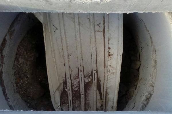 В один из резервуаров выбросили металлический лист