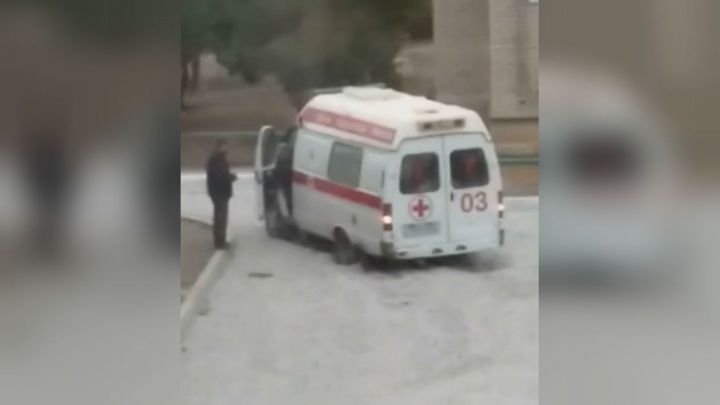 «И так сойдет»: в Башкирии машина скорой застряла в щебне