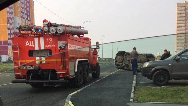 В Тюменской слободе водитель Lada, уходя от столкновения, вылетел на парковку и опрокинулся на бок