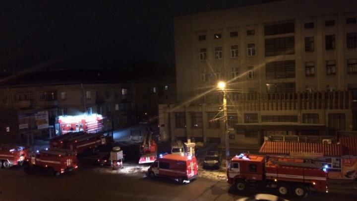 У корпуса Курганского госуниверситета загорелись кабели — здание пришлось обесточить