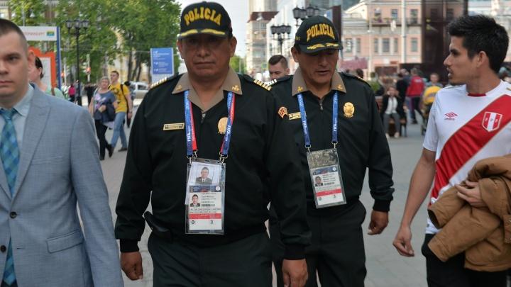 «Чувствовали себя дома»: Екатеринбург оценили полицейские, сопровождавшие на Урал 20 000 перуанцев