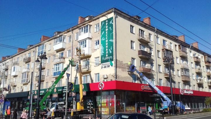 Получили по фасаду: ремонт домов на гостевых маршрутах в Омске продлили до конца года