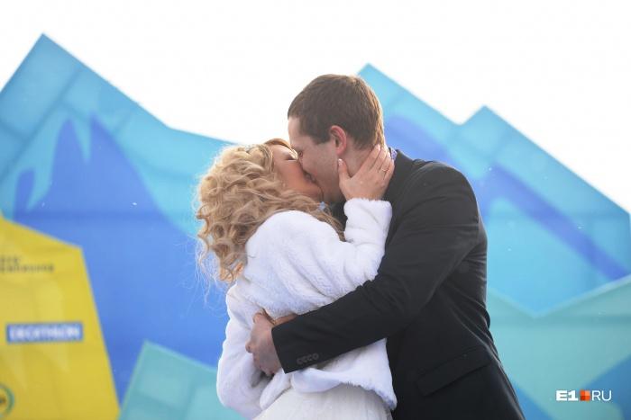 Психологи уверены, что вечно жить в состоянии влюблённости невозможно. Первый год — самый тяжёлый, идет привыкание