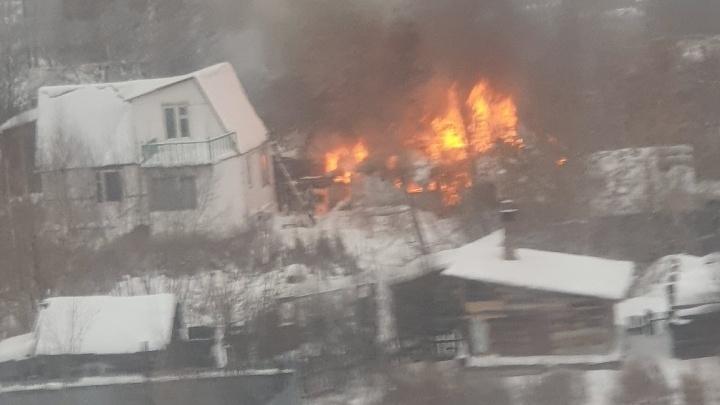 В Заречной части Тюмени крупный пожар. Горели постройки в частном секторе