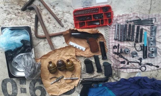 У новосибирца нашли арсенал с оружием — часть он сделал сам и теперь пойдёт под суд