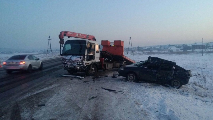 «Двенашка» врезалась в эвакуатор на трассе: водитель легковушки погиб на месте