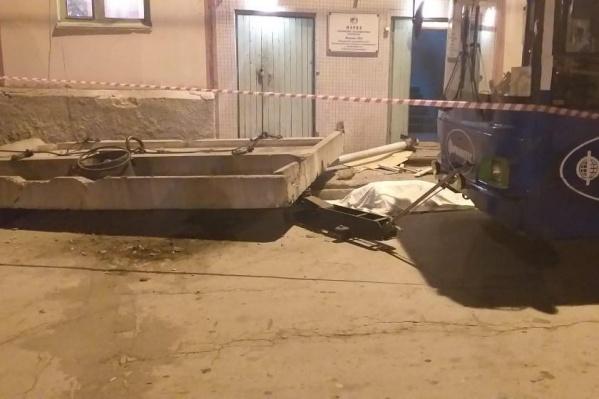 «Горэлектротранспорт» выплатит компенсацию морального вреда дочери работницы, которая погибла под бетонной плитой в троллейбусном депо