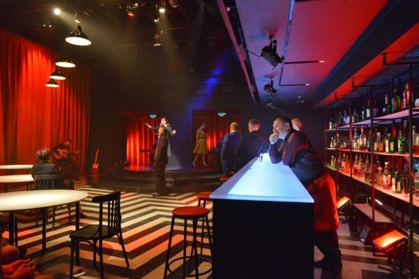 Действие спектакля разворачивается в баре