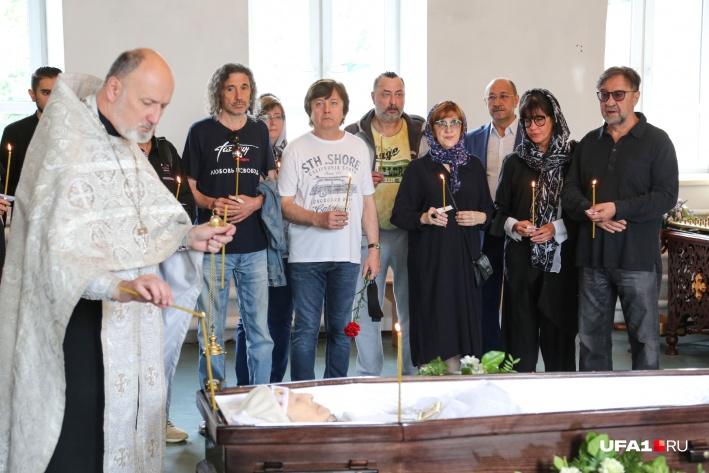 В храме собрались люди, пожелавшие проводитьФанию Акрамовну в последний путь