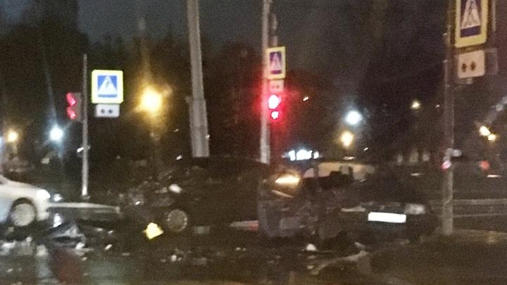 Врачи доставали из машины: в центре Ярославля столкнулись два ВАЗа