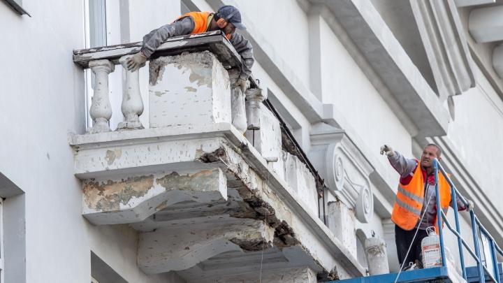 В центре Челябинска с исторического дома с подпоркой начали срезать балконы