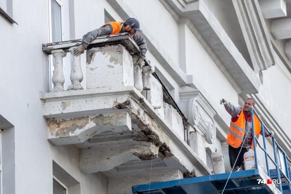 Балконы буквально рассыпаются от каждого прикосновения