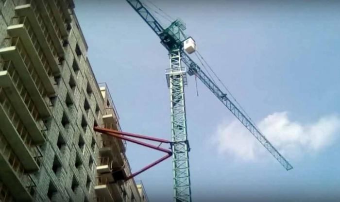 Башенный кран, с которого рабочий компании-подрядчика«ПТК—30» требовал выплатить ему зарплату за 7 месяцев
