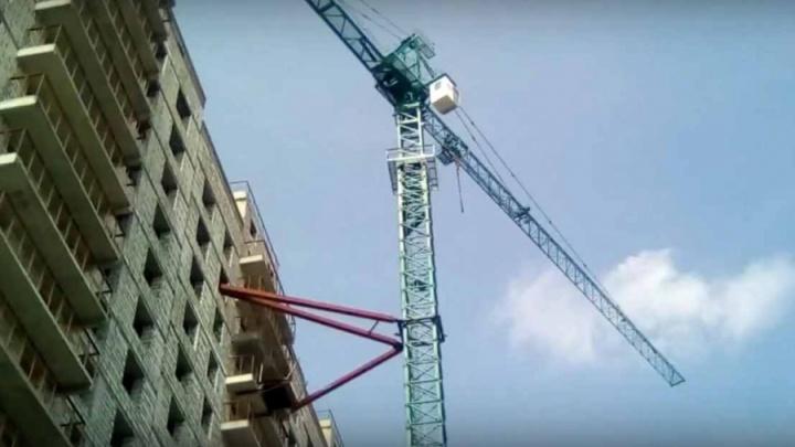 Охранники сбежали со стройки в Кировском районе из-за долгов по зарплате