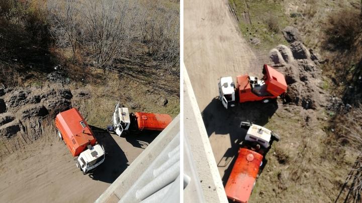 В Ярославле грязь с убранных дорог свалили под Октябрьский мост