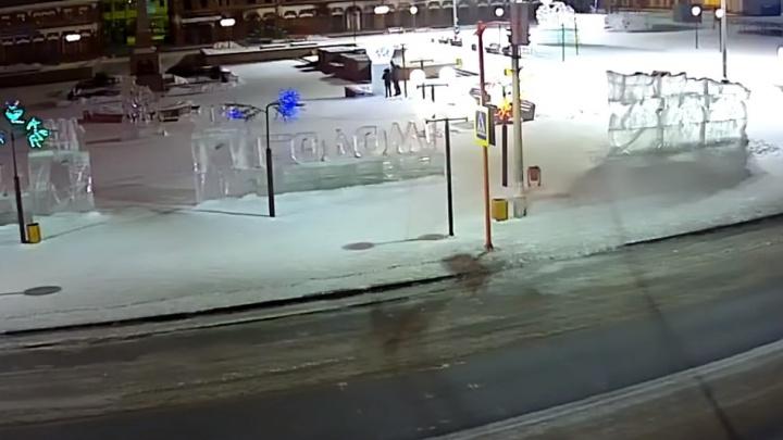 В Канске хулиганы сломали подсветку на Центральной площади и «угнали» шар. Их записали камеры