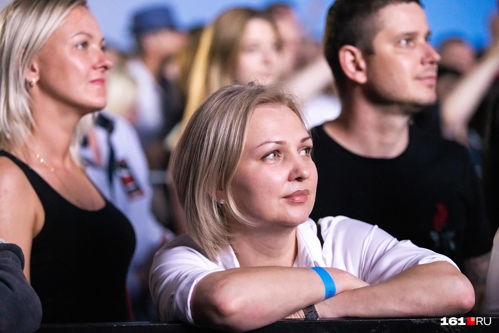 Зрители стали собираться у сцены за полтора часа до начала концерта