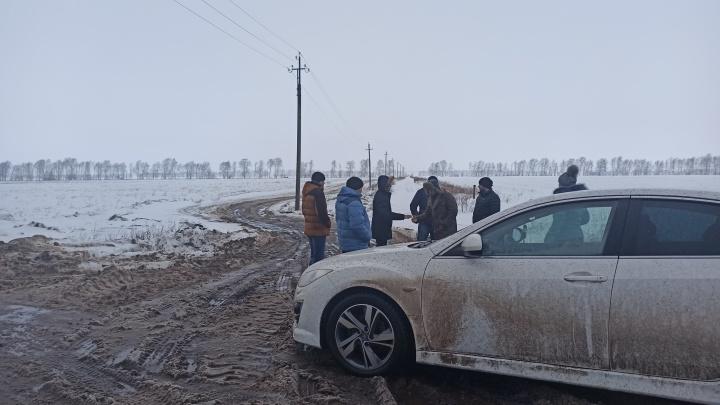 В Уфимский район на поля вывезли зловонные отходы. Дорогу КАМАЗам местные перекрыли собой и машинами