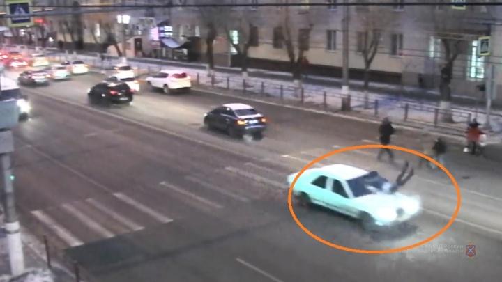 Слабонервным не смотреть: появилось видео, как Mercedes снес на скорости школьника в Волгограде