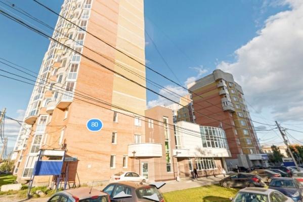 Жители многоэтажки на Уральских Рабочих считают, что несколько лет председательница ТСН жила за их счет