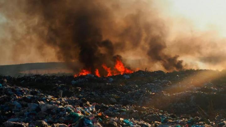 Мусор из Любино будут свозить в Омск из-за горящей свалки