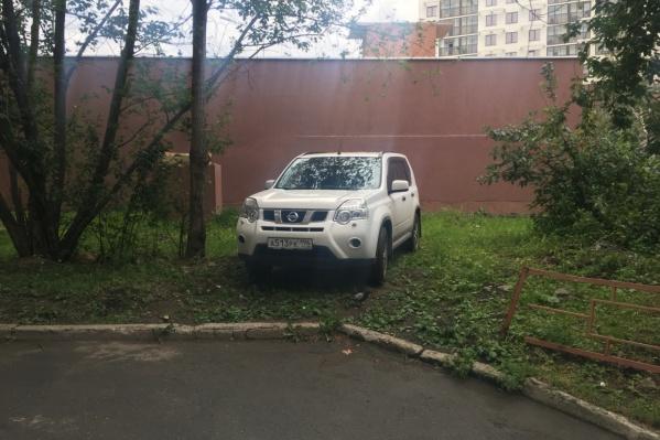 Сейчас за парковку на газонах предусмотрен штраф