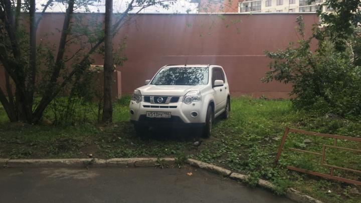 Екатеринбургские автоправозащитники попытаются снова отменить закон о штрафе за парковку на газонах