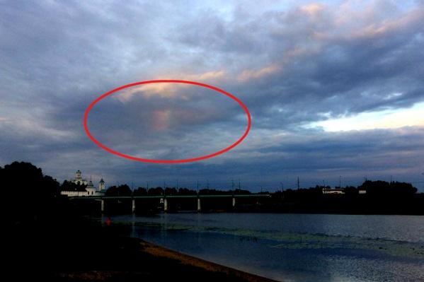 Радужное пятно на тучах ярославцы могли увидеть вчера около половины девятого вечера