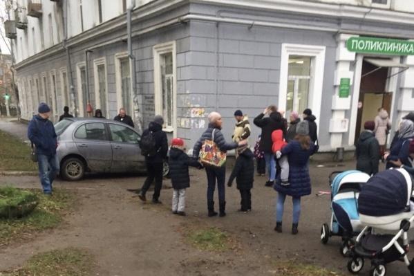 ЧП произошло возле поликлиники на Лебедева