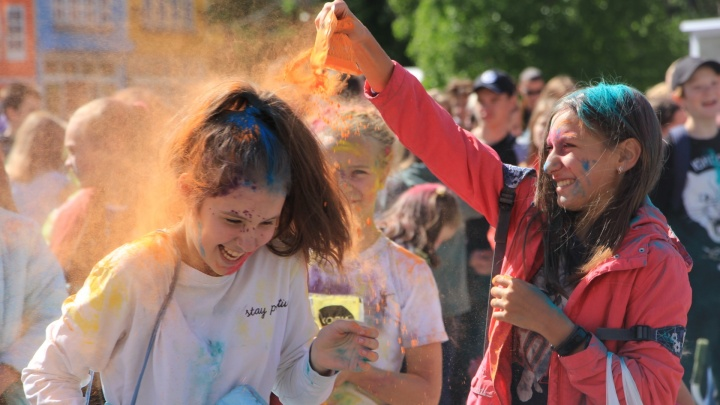Яркие человечки против холода: в парке аттракционов Архангельска прошел фестиваль красок
