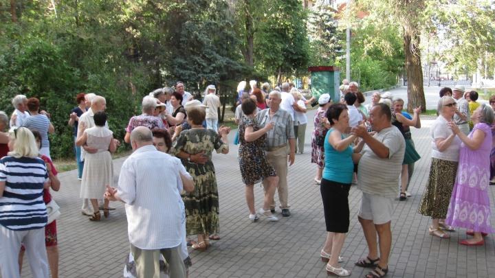 Волгоградские пенсионеры станцуют рок-н-ролл под открытым небом