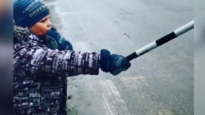 На Уралмаше ребенок с жезлом ДПС попытался разрулить ситуацию с неработающим светофором