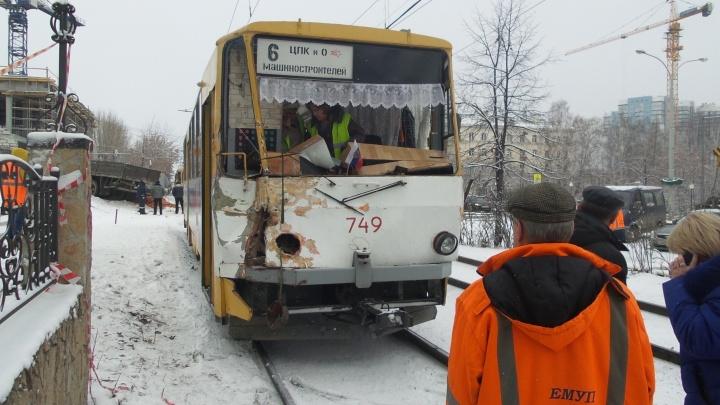 На ВИЗ-бульваре трамвай врезался в гружённый кирпичом прицеп