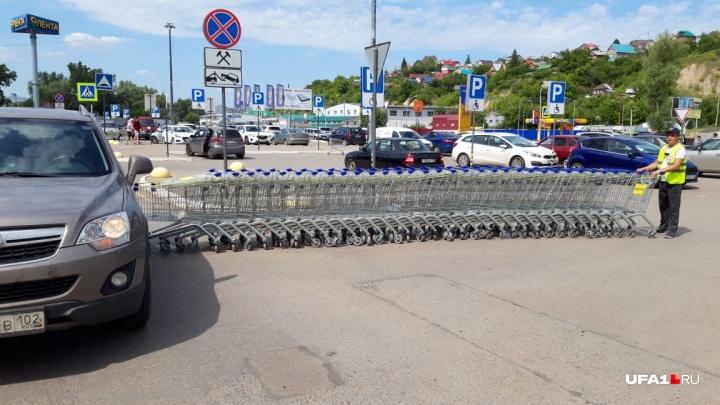 Поезд из 35 тележек въехал в автомобиль уфимки на парковке «Ленты», гипермаркет платить не хочет
