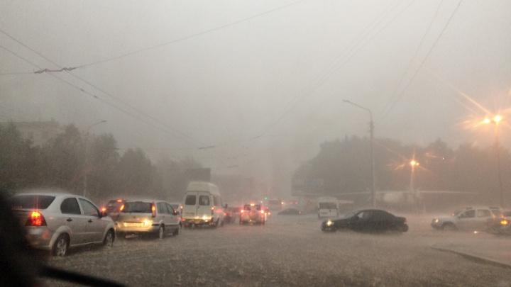Ливни, грозы, град: в Башкирии из дома в ближайшие сутки лучше не выходить