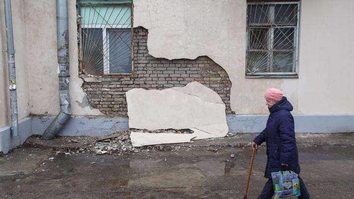 «Надо конфисковать имущество»: после капремонта разваливается дом с отделом ГИБДД в Волгограде