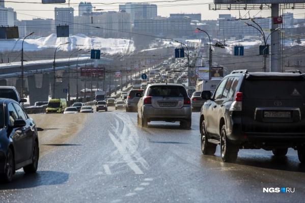 Водителям придётся обойтись одной полосой на Октябрьском мосту
