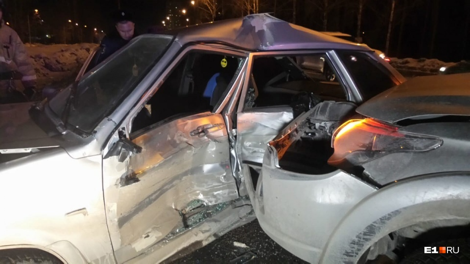 Водителя легковушки зажало в машине