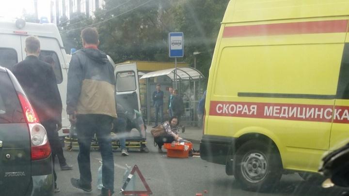 Мчал на красный: момент ДТП с машиной, влетевшей в челябинцев на остановке, попал на видео