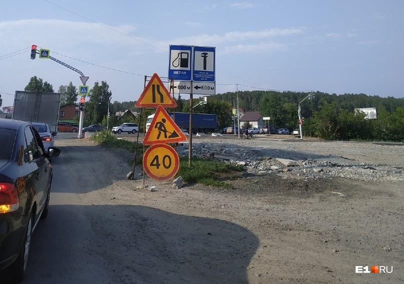 Теперь на перекрестке куча светофоров и большие пробки