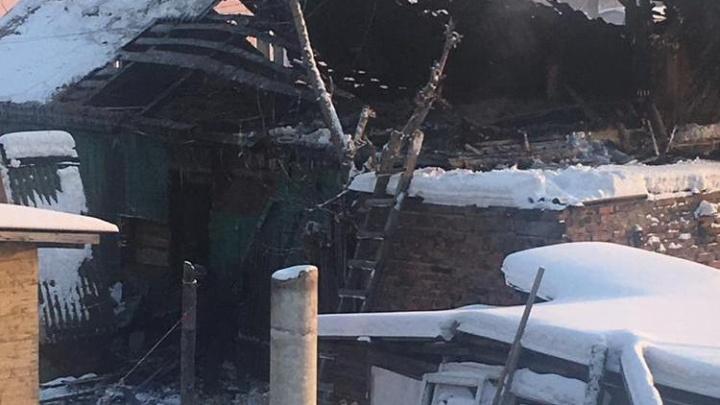В Омске сгорел частный дом — погибла пенсионерка