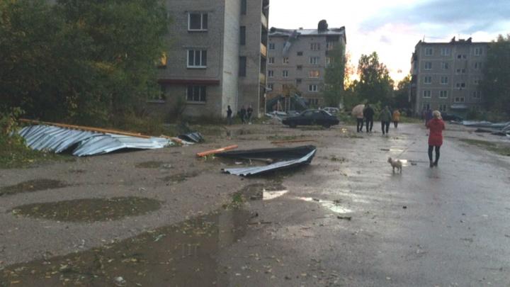 В Красновишерске ураганный ветер сорвал крыши с домов и повалил деревья