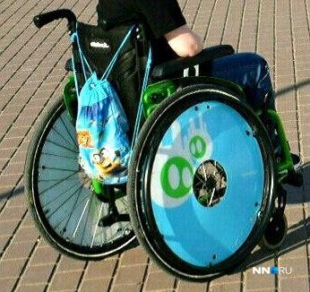 Коляска приметная. Диски колес украшены яркой зелено-голубой росписью