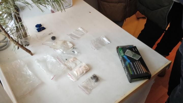 Мужа с женой задержали в Кургане: пару подозревают в продаже наркотиков