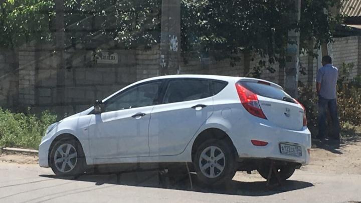 «Пытался объехать яму»: в Волгограде иномарка рухнула в засыпанный землей люк