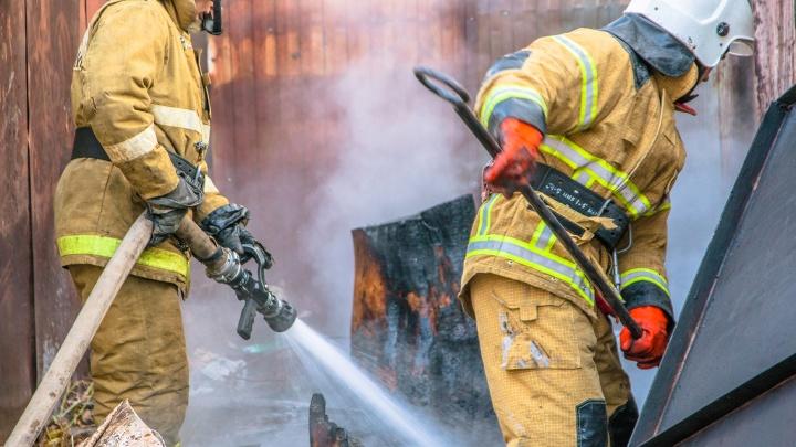 В крупном пожаре в жилом доме в Чапаевске пострадал мужчина
