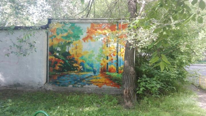 Художник на пенсии украшает двор красочными пейзажами