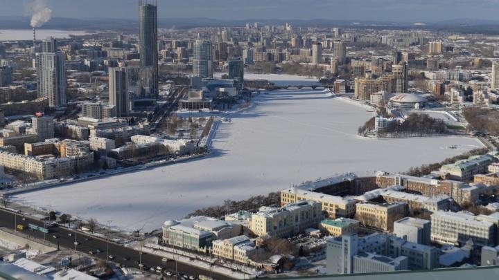 """Грозные таблички об опасном льде """"обняли"""" Городской пруд"""