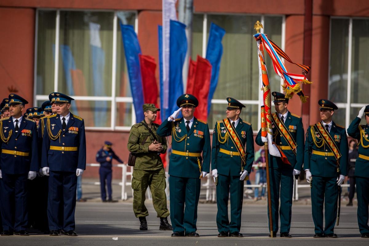 Новосибирск уже готов праздновать День Победы: накануне на улицах появились флаги и объемные консоли, символизирующие салют и орден Отечественной войны