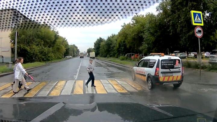 Нарушение месяца: маршрутчик чудит на пешеходной набережной, а мажоры на BMW ездят по встречке
